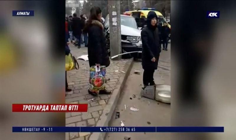 Орталық мешіт маңайындағы тротуарда бес адамды джип қағып кетті