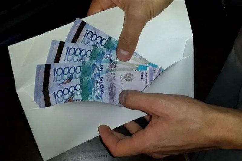 Чиновника из Павлодара обвиняют во взяточничестве