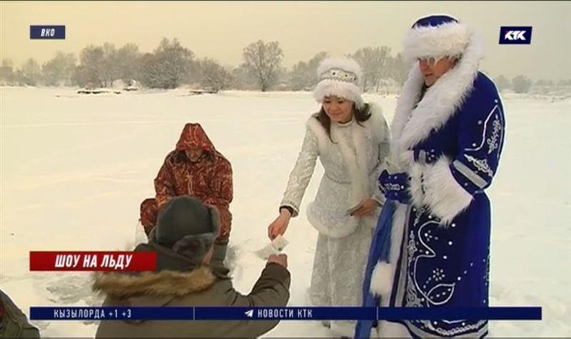 В Усть-Каменогорске Дед Мороз и Снегурочка учили правильно рыбачить