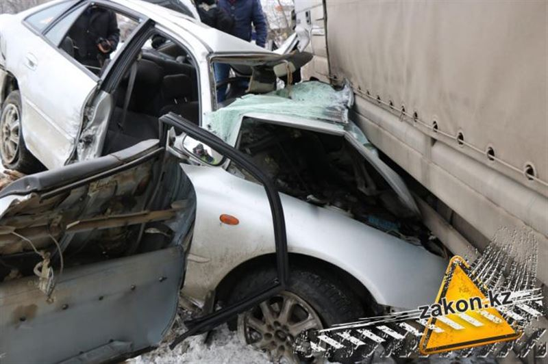 Смертельное ДТП с участием фуры и легковушки произошло в Алматинской области
