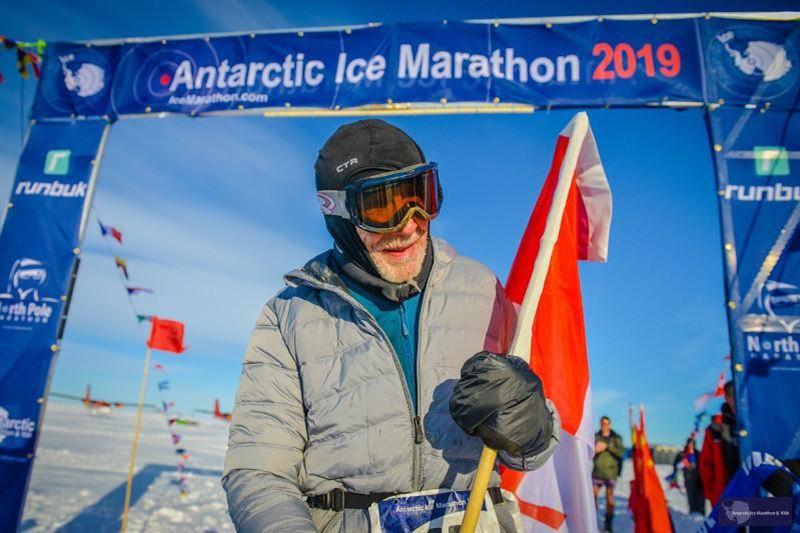 84 жастағы канадалық Антарктида мұз марафонын 12 сағаттың ішінде жүгіріп өтті