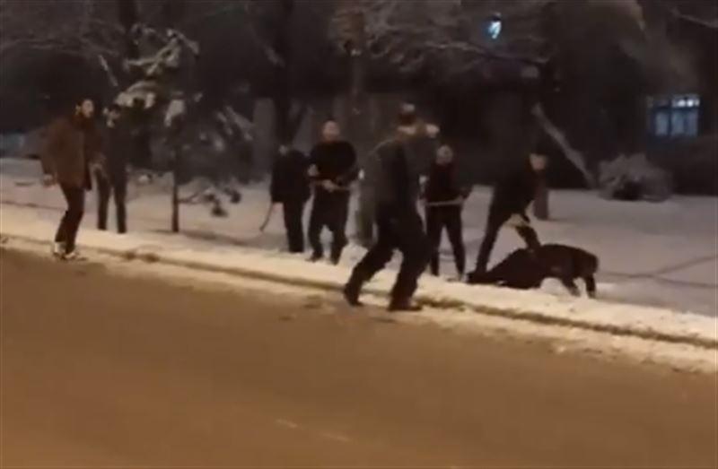 Очевидец снял на камеру, как мужчину избивают палками