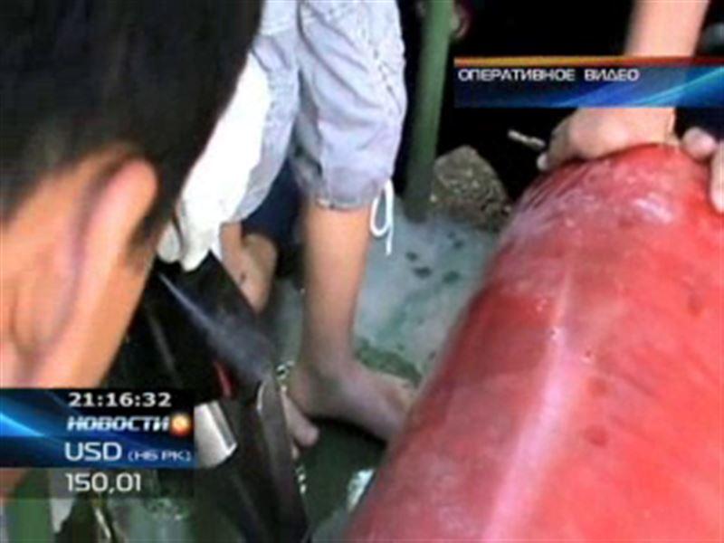 В Шымкенте спасатели вызволили ребёнка из железного плена