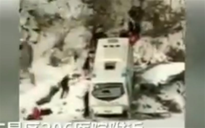Шестеро погибли в результате падения автобуса с обрыва в Китае