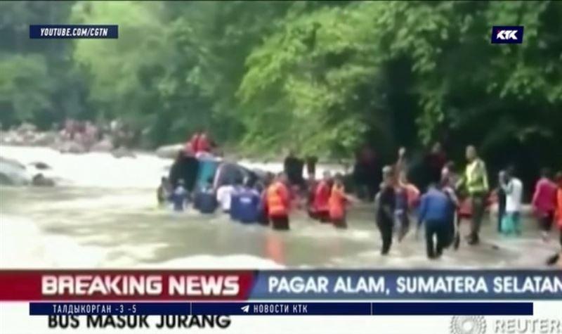 Автобус с людьми упал в 150-метровое ущелье