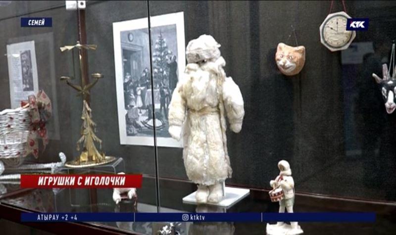 Самого старого Деда Мороза показали на выставке в Семее