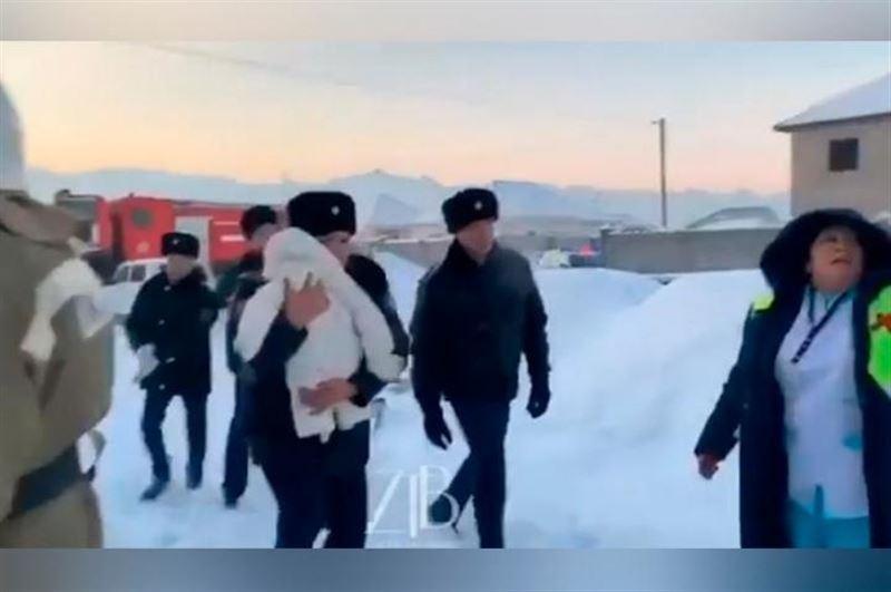 Появилось видео спасения малыша из потерпевшего крушение самолета близ Алматы