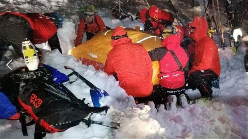 Лыжника, который пробыл под снегом пять часов, спасли