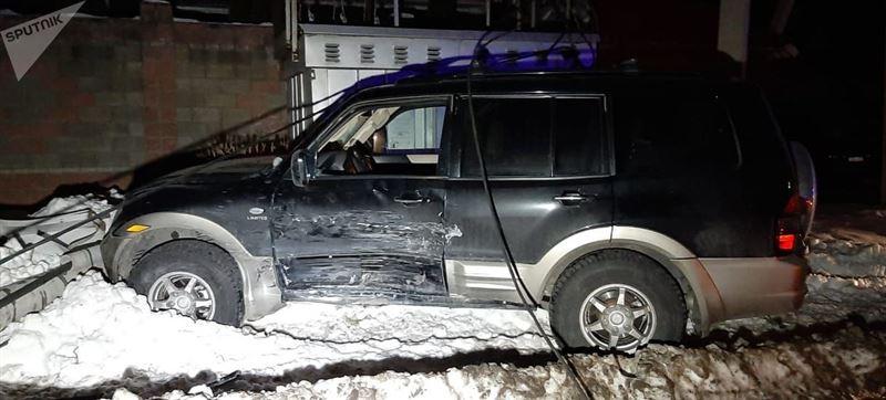 В результате аварии внедорожник снес столб электропередач в Алматы