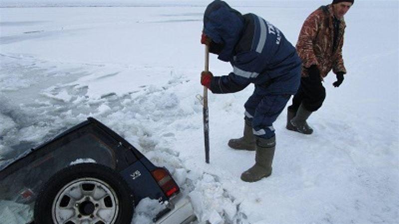 Машина с рыбаками рухнула под лед в ВКО