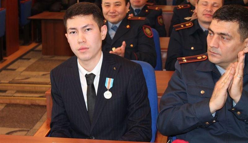 Наградили парня, заслонившего беременную женщину при авиакатастрофе в Алматы