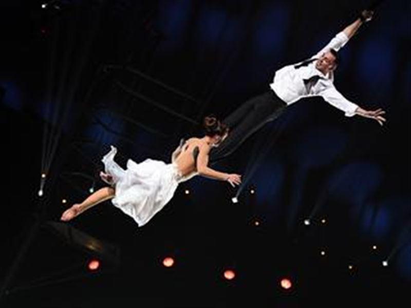Акробаттар өнер көрсету кезінде он метрлік биіктіктен құлап кетті
