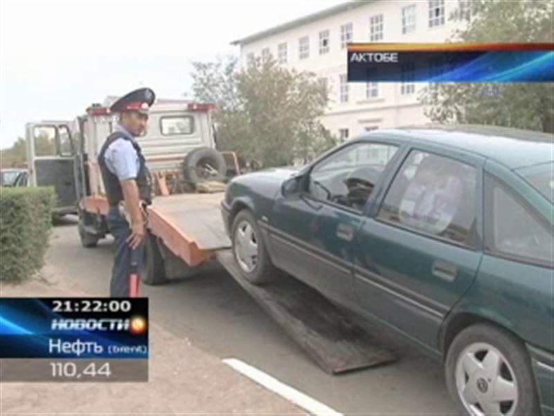 В Актобе, чтобы навести порядок с парковкой, полицейские на эвакуаторах отправляют автомашины на штрафстоянки