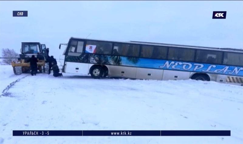 В СКО хоккейная команда попала в снежный занос