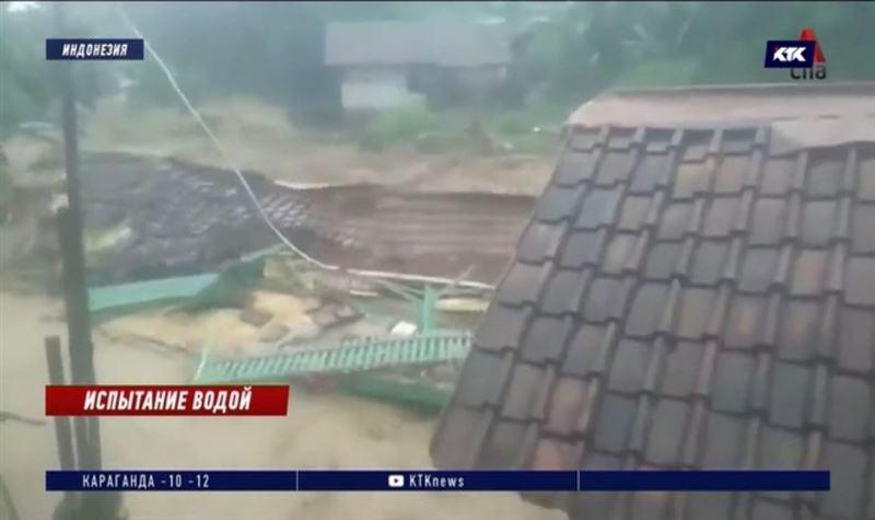 Жители Джакарты терпят бедствие из-за ливневых дождей