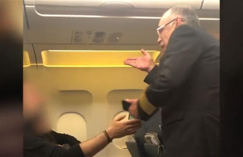 Пилот бросал штурвал летящего самолета, чтобы поболтать с приятелем