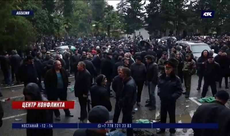 В Абхазии митингующие требуют отставки главы государства