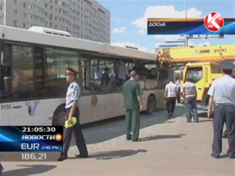 В Астане арестован водитель автокрана, который протаранил пассажирский автобус