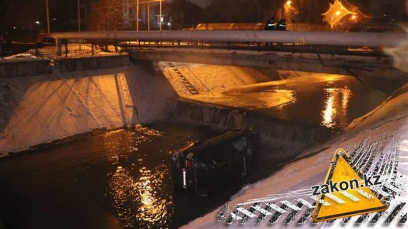 В Алматы съехавший с дороги Lexus угодил в речку