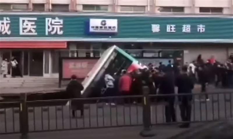 Шестеро погибли в результате обрушения дороги в Китае