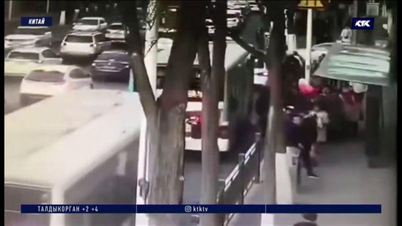 Пассажиры в автобусе и пешеходы провалились под асфальт возле остановки