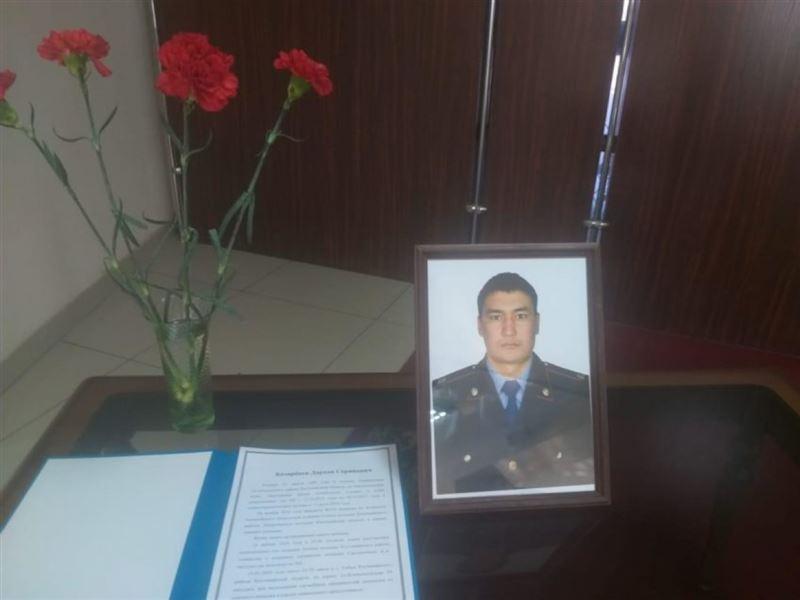 Токаев посмертно наградил полицейского из Костаная, погибшего при исполнении