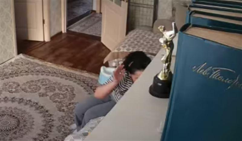 В Алматы избившая 1,5-годовалого малыша няня попала на видео