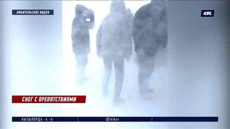 В ВКО спасатели вызволяют из снежного плена людей и авто