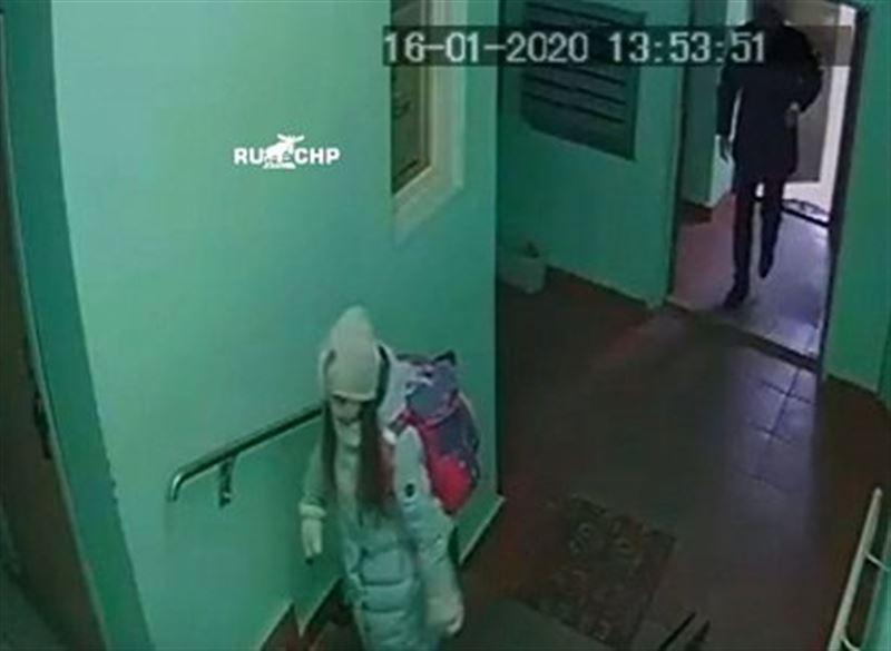 9-летняя девочка обманула подозрительного мужчину, который зашел за ней в подъезд