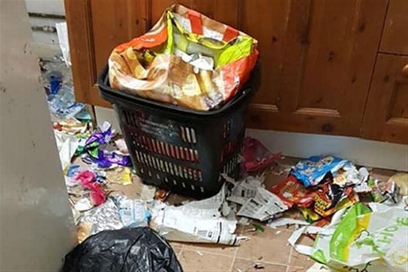 В Британии семья сбежала, завалив мусором съемный дом
