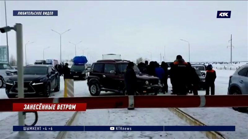 4 вагона пассажирского поезда сошли с рельсов во время бурана