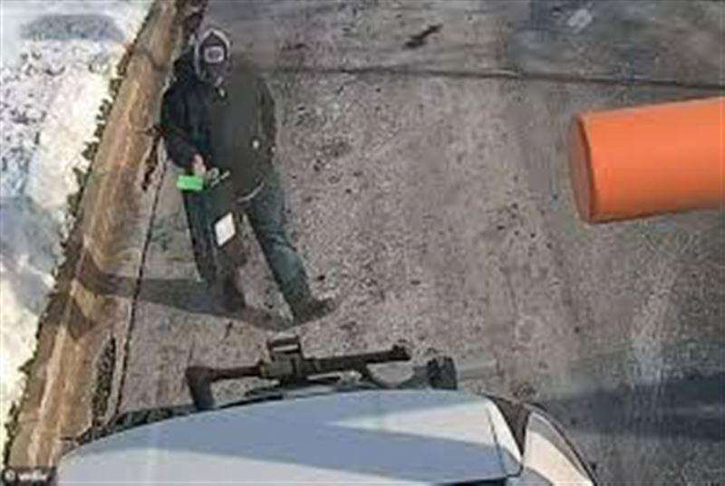 Көшеден бір қорап ақша тауып алған адам олжасын банкке апарып берді