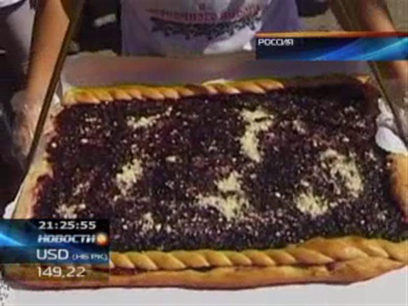 Российские кондитеры испекли гигантский черничный пирог