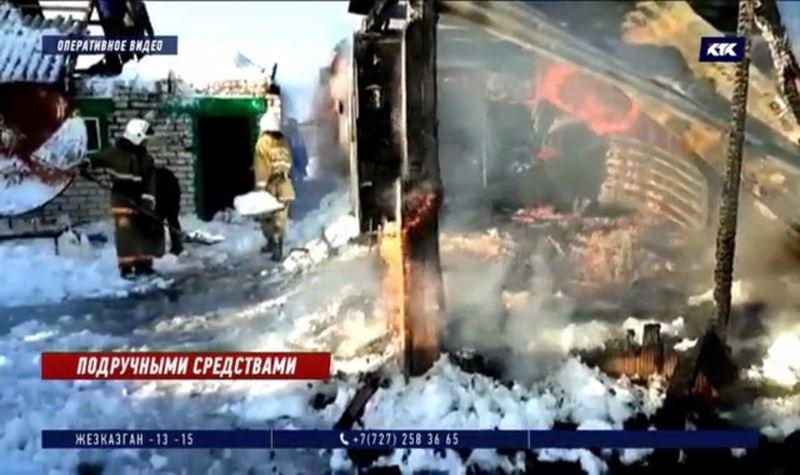 В Восточном Казахстане горящий дом спасатели тушили снегом