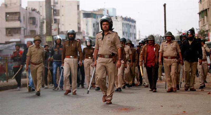Соседи забили камнями жену взявшего в заложники детей в Индии