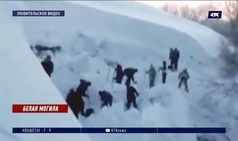 Толща снега накрыла школьников в ВКО, одного нашли мертвым