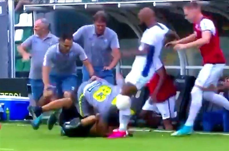 Футболисты избили выбежавшего на поле болельщика
