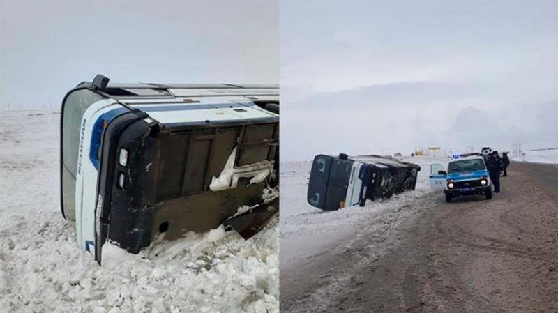 Самара-Шымкент тас жолында автобус аударылып қалды