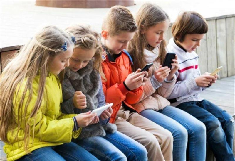 Ограничить время пользования смартфонами предлагают казахстанским школьникам
