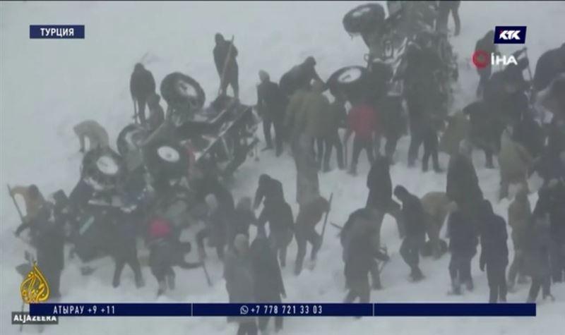 Больше 40 тел нашли под снежной лавиной в Турции