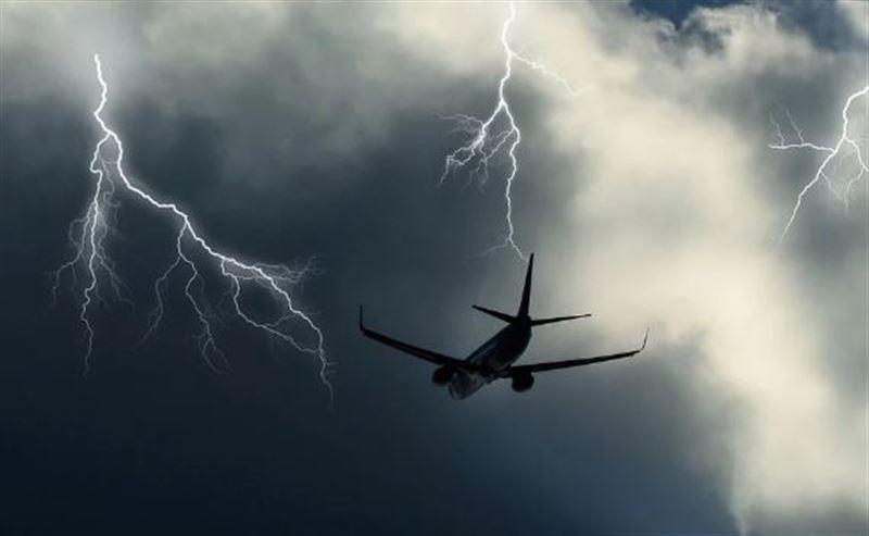 Молния ударила в пассажирский самолет в небе