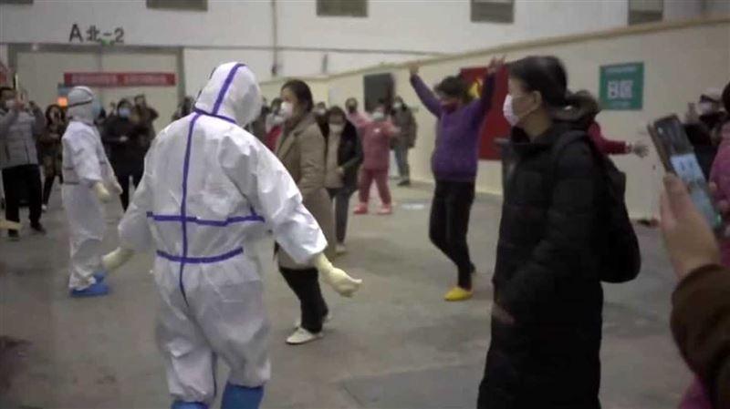 В Китае медсестры устроили танцы в поддержку больных коронавирусом