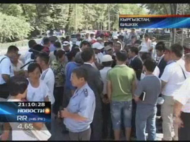 В Бишкеке толпа митингующих закидала камнями посольство Беларуси.