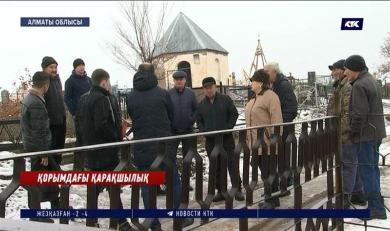 Алматы облысында вандалдар бейіт қоршауына қырғидай тиюде