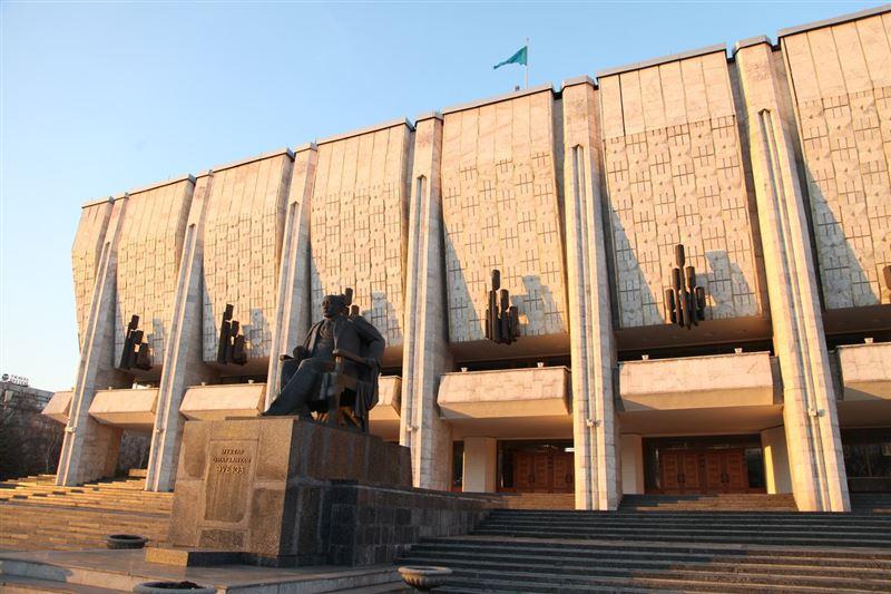 Әуезов театрының әртістері сахнаға шығудан бас тартты