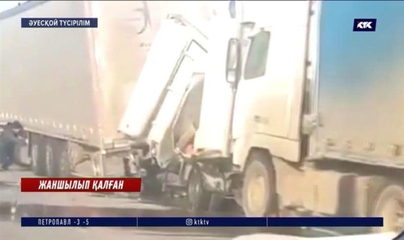 Қарағанды - Нұр-Сұлтан жолында екі көліктің ортасында қалған жүк көлік күл-талқан болды
