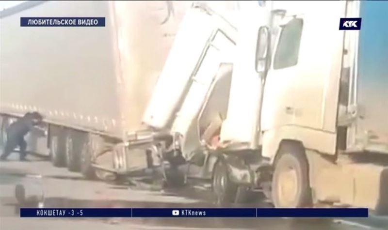 Две фуры зажали грузовик с людьми