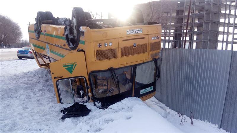 Автобус с пассажирами перевернулся в Актобе, 26 человек пострадали