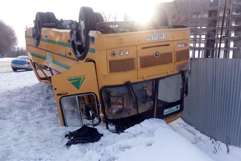 Ақтөбеде автобус аударылып, 26 адам зардап шекті