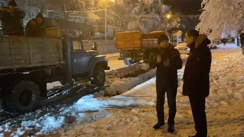 Аким  Алматы проверил, как ликвидируют последствия снегопада в городе